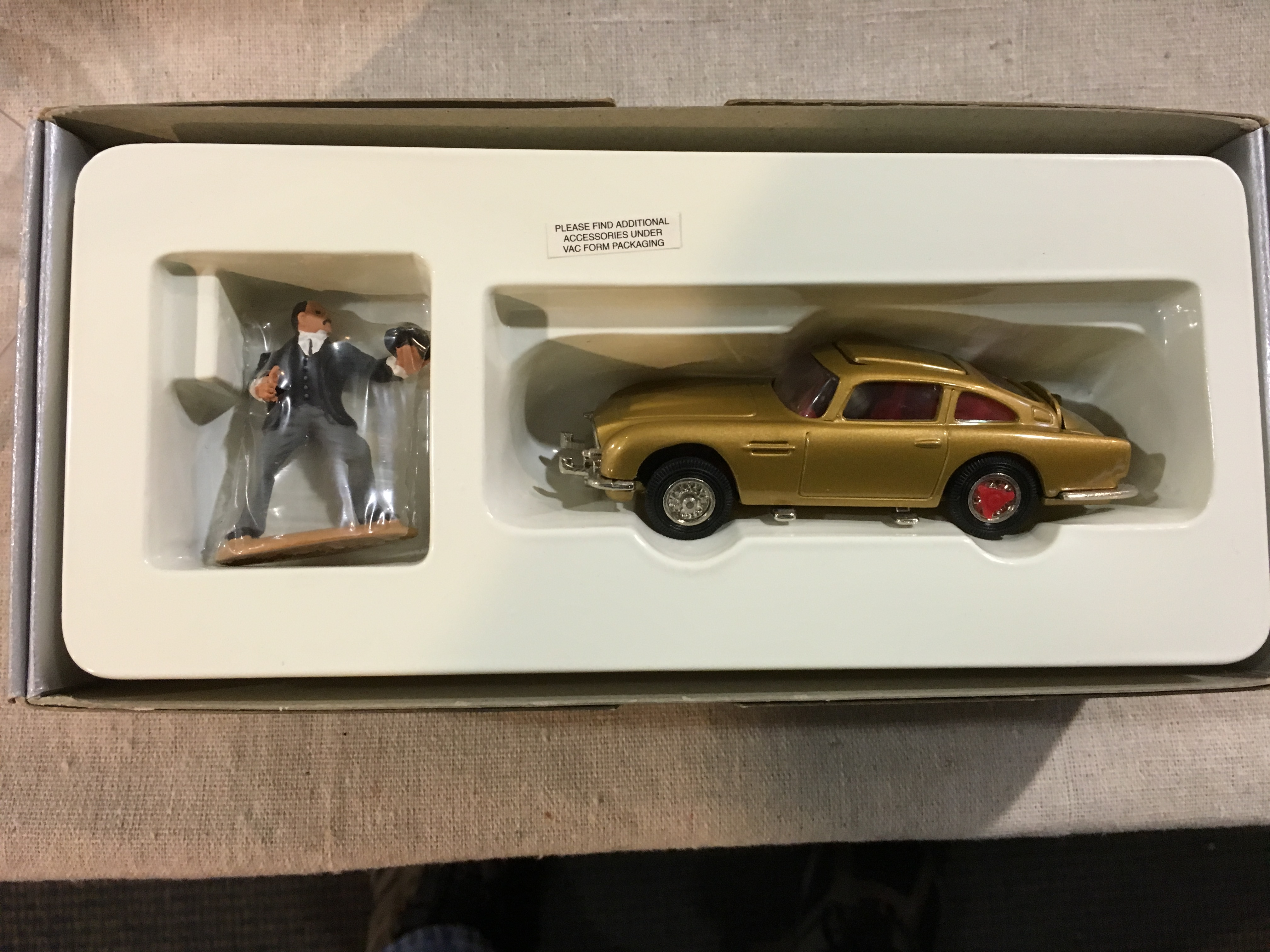 aston martin james bond edition corgi - sports & classics